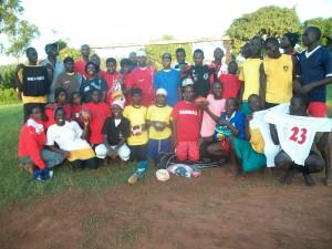 Die letzte Dressenübergabe von Alberto Unijima an die Kibibi School